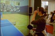 Lisa spielt Tischtennis gegen einen Computer